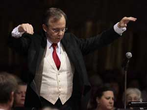 Glenn Langdon conducting the LPO